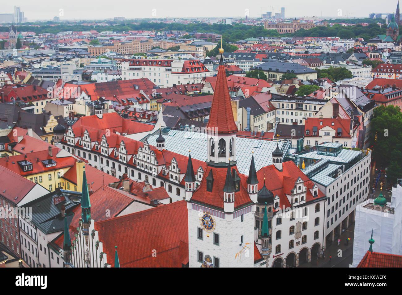 Hermosa super gran angular soleada vista aérea de Munich, el Bayern, Baviera, Alemania con el horizonte y el paisaje más allá de la ciudad, visto desde la altura Imagen De Stock