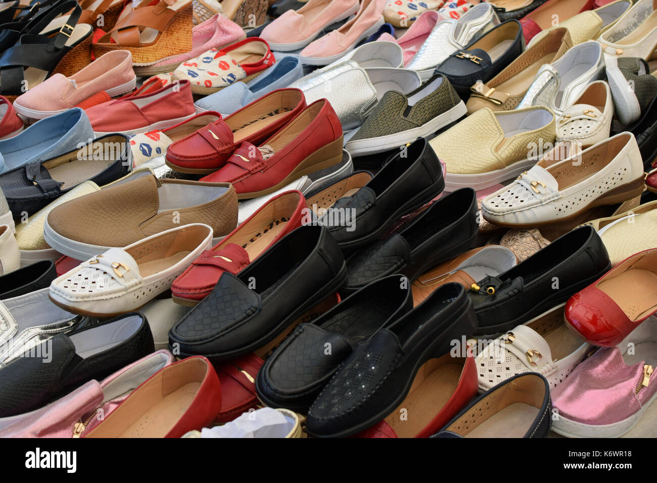 bba33d02005 Zapatos planos para las mujeres a la venta en mercado callejero. Calzado  casual. Imagen