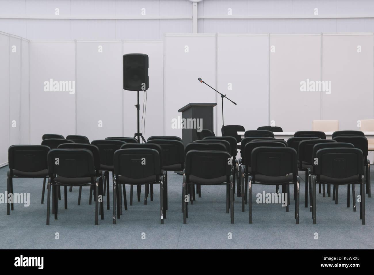 Un montón de sillas de reunión o salón de conferencias Imagen De Stock