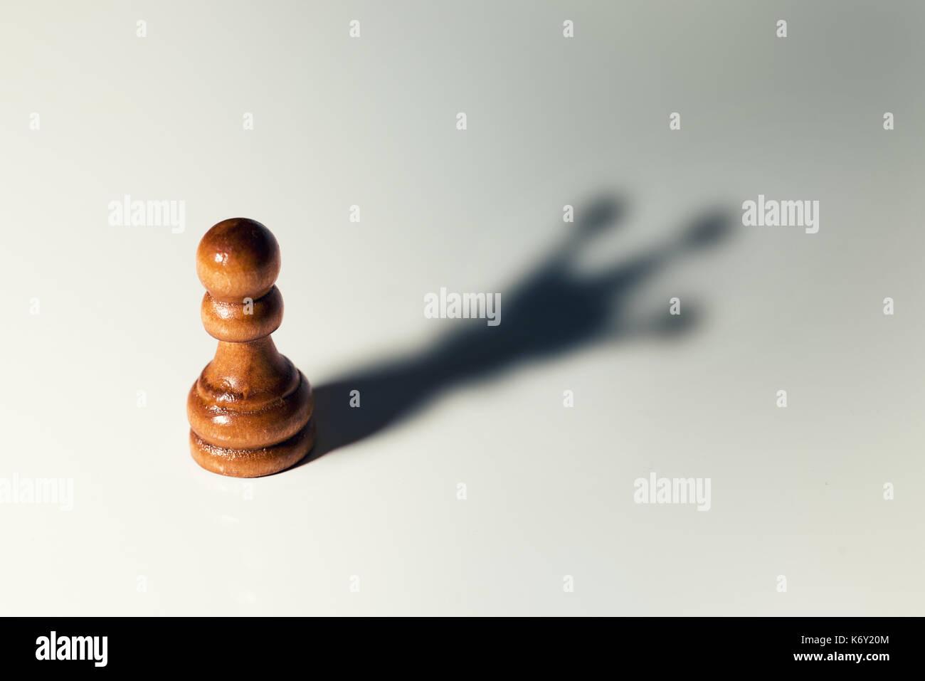 Confíe en usted mismo concepto - peón de ajedrez con el rey sombra Imagen De Stock