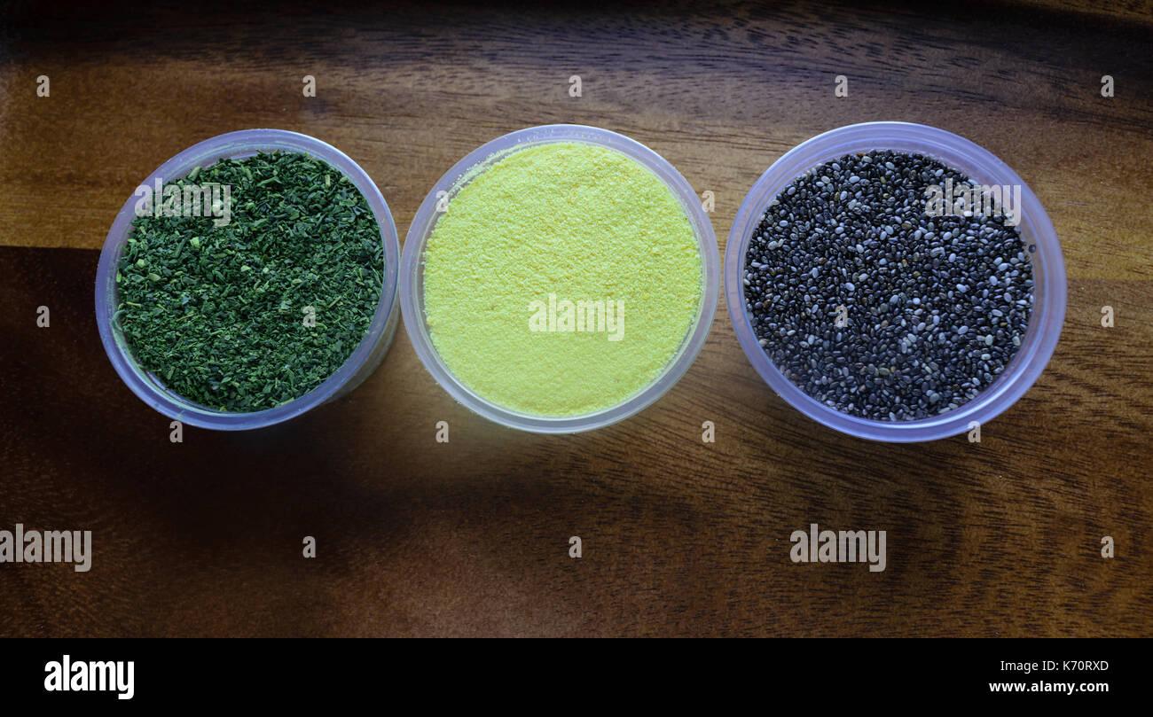 Súper alimentos incluye té verde matcha, polvo, tumeric y chia semillas. Imagen De Stock