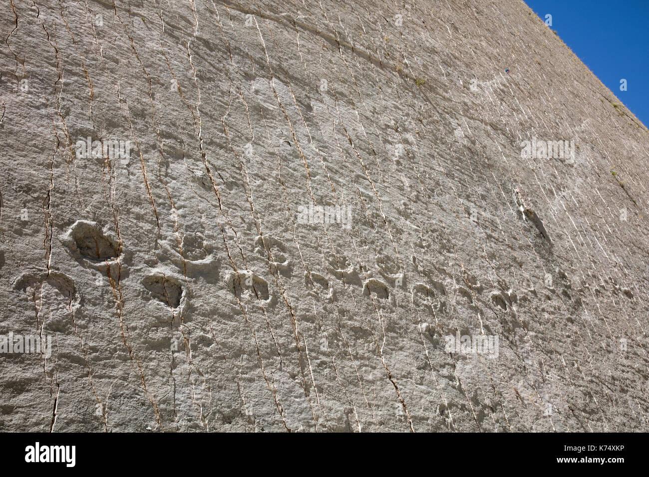 Huellas de dinosaurios del Cretácico tardío / Maastrichtiano en el Cal orck'o acantilado en el parque cretácico / Parque Cretácico, Sucre, Bolivia Imagen De Stock