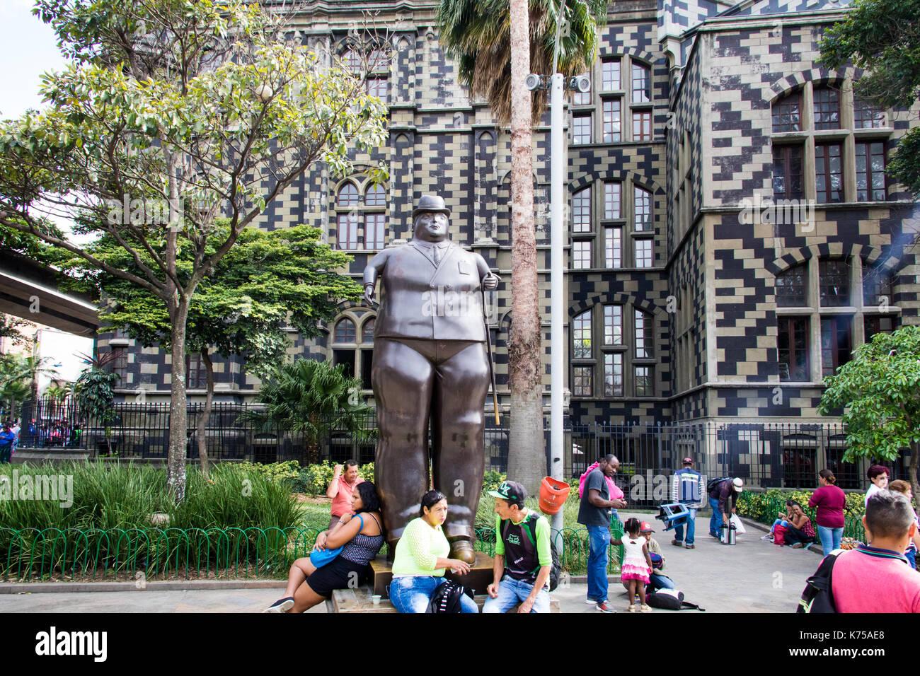 Hombre vestido escultura, Botero Plaza, Medellín, Colombia Imagen De Stock