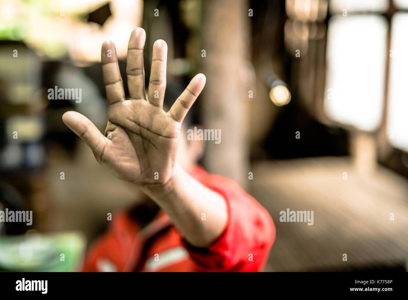 Deje de abusar del niño violencia. el trabajo infantil en régimen de servidumbre en ángulo el desenfoque de la imagen , el día de los derechos humanos concepto. Imagen De Stock