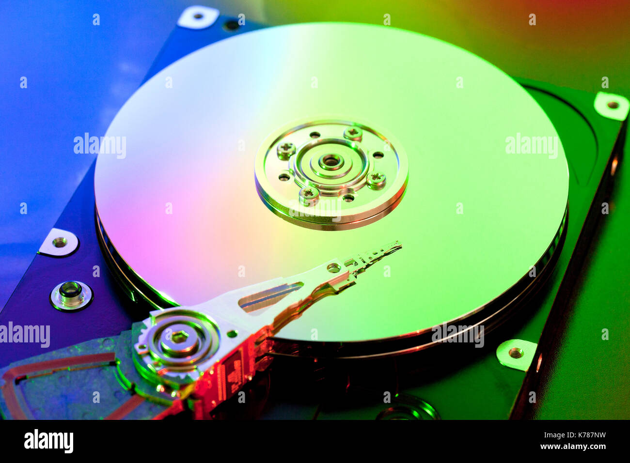 Plato y disco duro de lectura / escritura de cabeza (el cabezal de lectura/escritura de disco duro, disco duro). Foto de stock