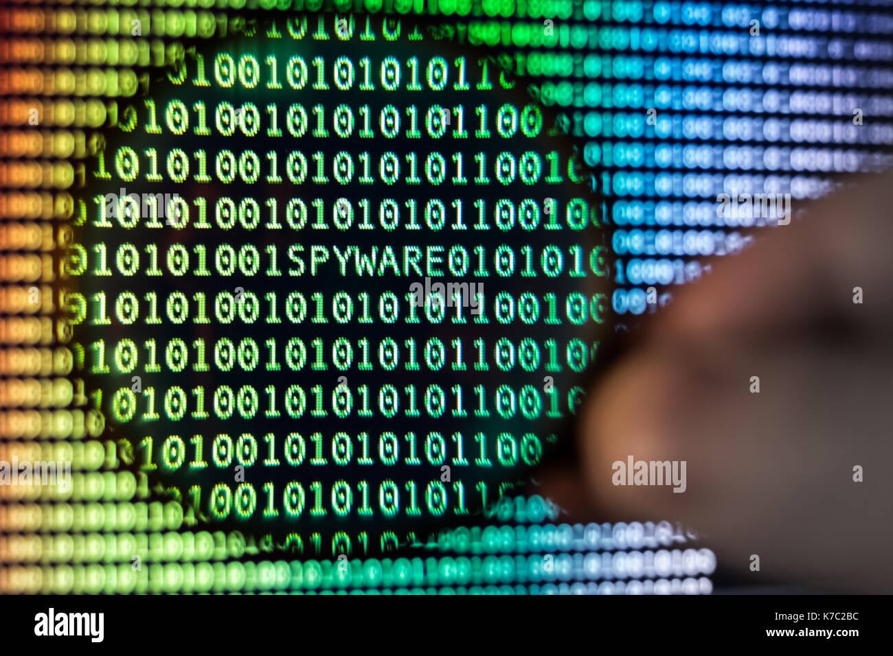 Código binario, lupa muestra, tonos de spyware Imagen De Stock