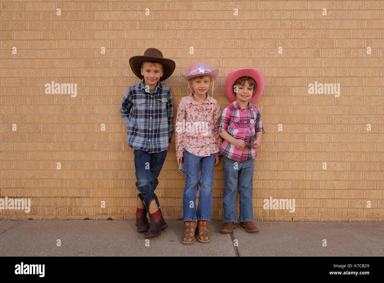 Tres Niños Vestidos Como Vaqueros Foto Imagen De Stock