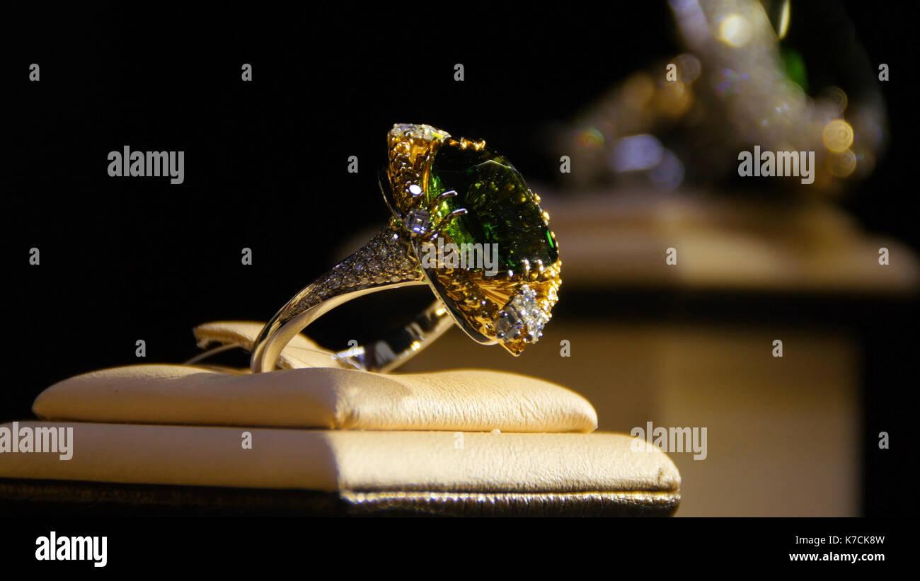 1d724a77bbf5 Las joyas con diamantes y esmeraldas. piedras preciosas. anillo de oro con  esmeralda