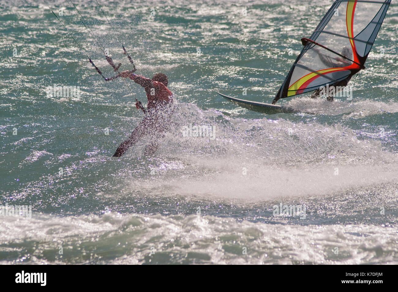 Bobinadora surfer y kite boarder durante un día ventoso en la Riviera Francesa Foto de stock