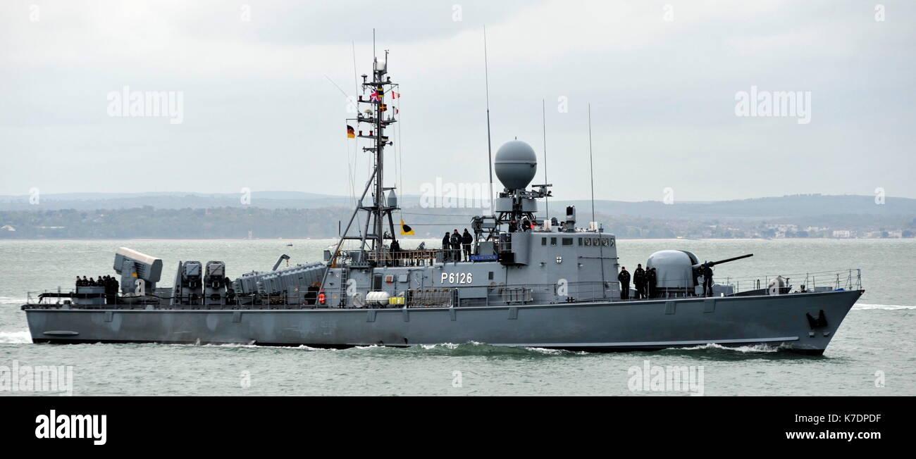 AJAXNETPHOTO. El 1 de mayo de 2015. PORTSMOUTH, Inglaterra. - Visita de veteranos de la guerra fría - Marina alemana GEPARD Naves de ataque rápido tipo 143A FRETTCHEN (P6126) de la 7ª Escuadrilla de lancha patrullera rápida introducción BNP. Últimos buques eran del tipo construido en la década de los 90, armados con misiles anti-buque Exocet debido para la retirada en el año 2020. Foto:TONY HOLLAND/AJAX REF:DTH150105_37863 Imagen De Stock
