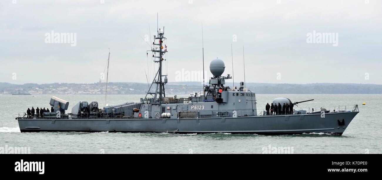 AJAXNETPHOTO. El 1 de mayo de 2015. PORTSMOUTH, Inglaterra. - Visita de veteranos de la guerra fría - Marina alemana GEPARD Naves de ataque rápido tipo 143A HERMELIN (P6123) de la 7ª Escuadrilla de lancha patrullera rápida introducción BNP. Últimos buques eran del tipo construido en la década de los 90, armados con misiles anti-buque Exocet debido para la retirada en el año 2020. Foto:TONY HOLLAND/AJAX REF:DTH150105_37849 Imagen De Stock