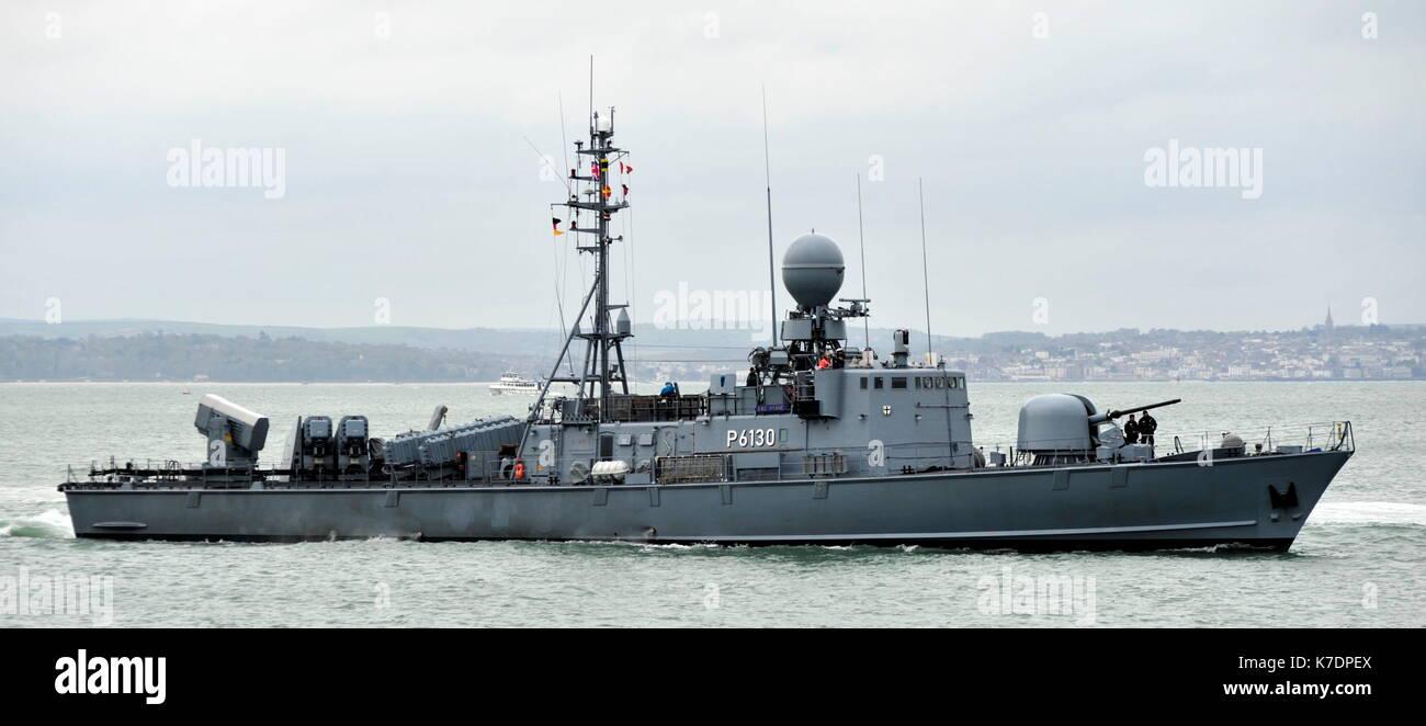 AJAXNETPHOTO. El 1 de mayo de 2015. PORTSMOUTH, Inglaterra. - Visita de veteranos de la guerra fría - Marina alemana GEPARD Naves de ataque rápido tipo 143A HYAENE (P6130) de la 7ª Escuadrilla de lancha patrullera rápida introducción BNP. Últimos buques eran del tipo construido en la década de los 90, armados con misiles anti-buque Exocet debido para la retirada en el año 2020. Foto:TONY HOLLAND/AJAX REF:DTH150105_37877 Imagen De Stock