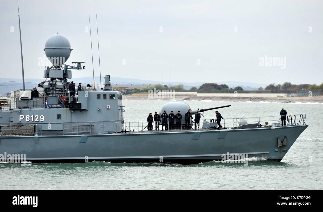 AJAXNETPHOTO. El 1 de mayo de 2015. PORTSMOUTH, Inglaterra. - Visita de veteranos de la guerra fría - Marina alemana GEPARD Naves de ataque rápido tipo 143A WIESAL (P6129) de la 7ª Escuadrilla de lancha patrullera rápida introducción BNP. Últimos buques eran del tipo construido en la década de los 90, armados con misiles anti-buque Exocet debido para la retirada en el año 2020. Foto:TONY HOLLAND/AJAX REF:DTH150105_37920 Imagen De Stock