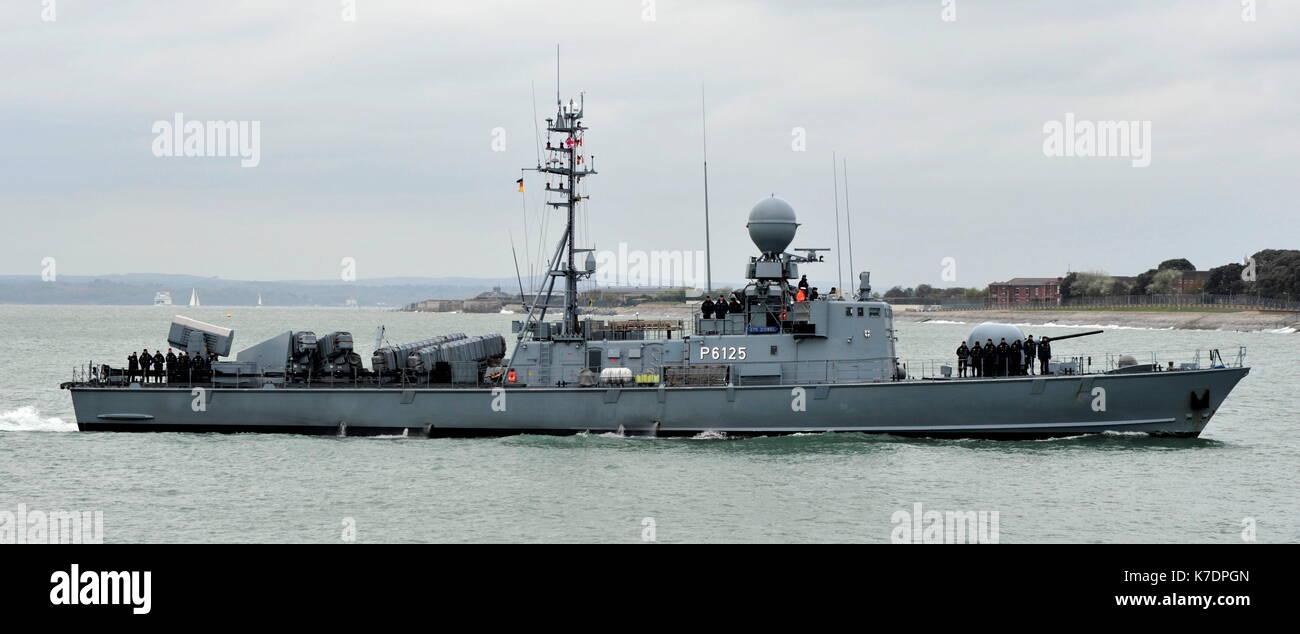AJAXNETPHOTO. El 1 de mayo de 2015. PORTSMOUTH, Inglaterra. - Visita de veteranos de la guerra fría - Marina alemana GEPARD Naves de ataque rápido tipo 143A ZOBEL (P6125) de la 7ª Escuadrilla de lancha patrullera rápida introducción BNP. Últimos buques eran del tipo construido en la década de los 90, armados con misiles anti-buque Exocet debido para la retirada en el año 2020. Foto:TONY HOLLAND/AJAX REF:DTH150105_37890 Imagen De Stock