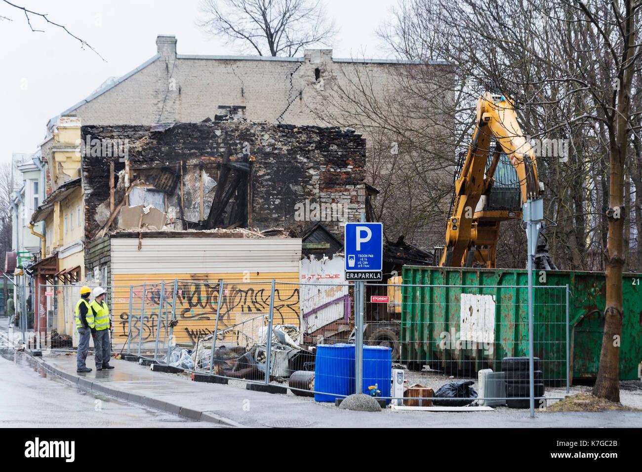 Demolición de una antigua casa de madera quemada en la calle Põhja puiestee cerca de la estación de tren del Báltico (Balti jaam) en Tallin Estonia Foto de stock