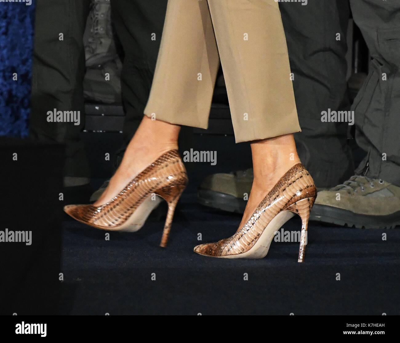 primer-plano-de-los-zapatos-usados-por-la-primera-dama-melania-trump-cuando-ella-y-el-presidente-estadounidense-donald-j-trump-se-marchan-despues-de-que-entrego-sus-comentarios-al-personal-militar-y-a-las-familias-en-un-percha-en-la-base-conjunta-andrews-en-maryland-el-viernes-15-de-septiembre-de-2017-visito-la-jba-para-conmemorar-el-70-aniversario-de-la-fuerza-aerea-de-los-estados-unidos-credito-ron-sachs-cnp-k7heah.jpg