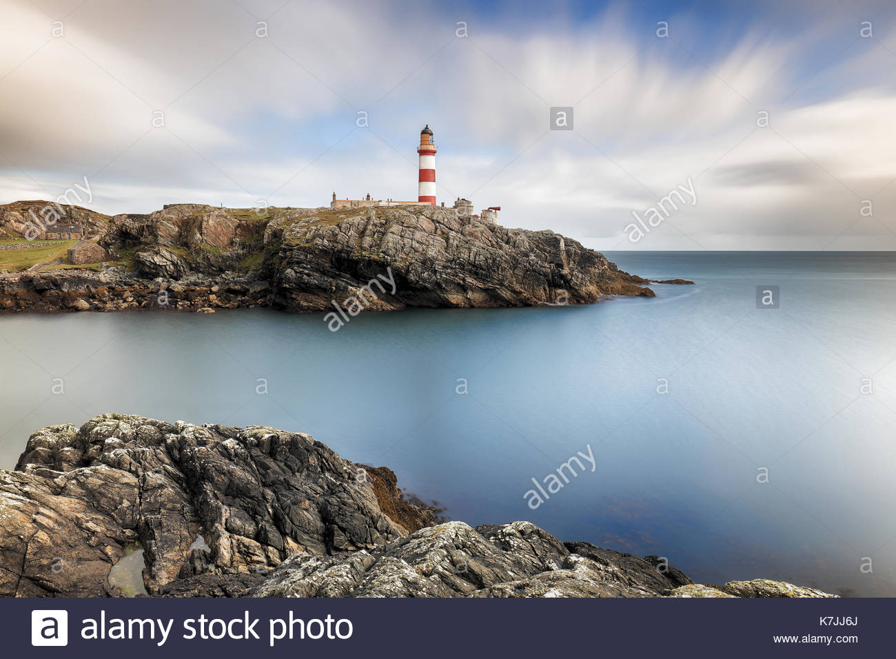 Una larga exposición a Eilean Glas faro de la isla de Scalpay, Islas Occidentales, en Escocia. Foto de stock