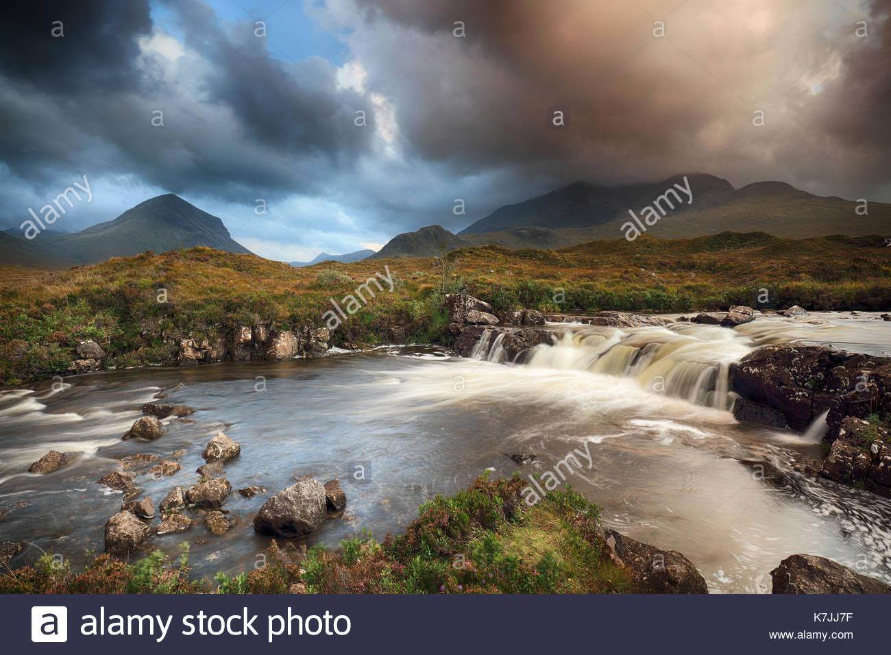 Río y paisajes de montaña desde Sligachan en la Isla de Skye. Foto de stock