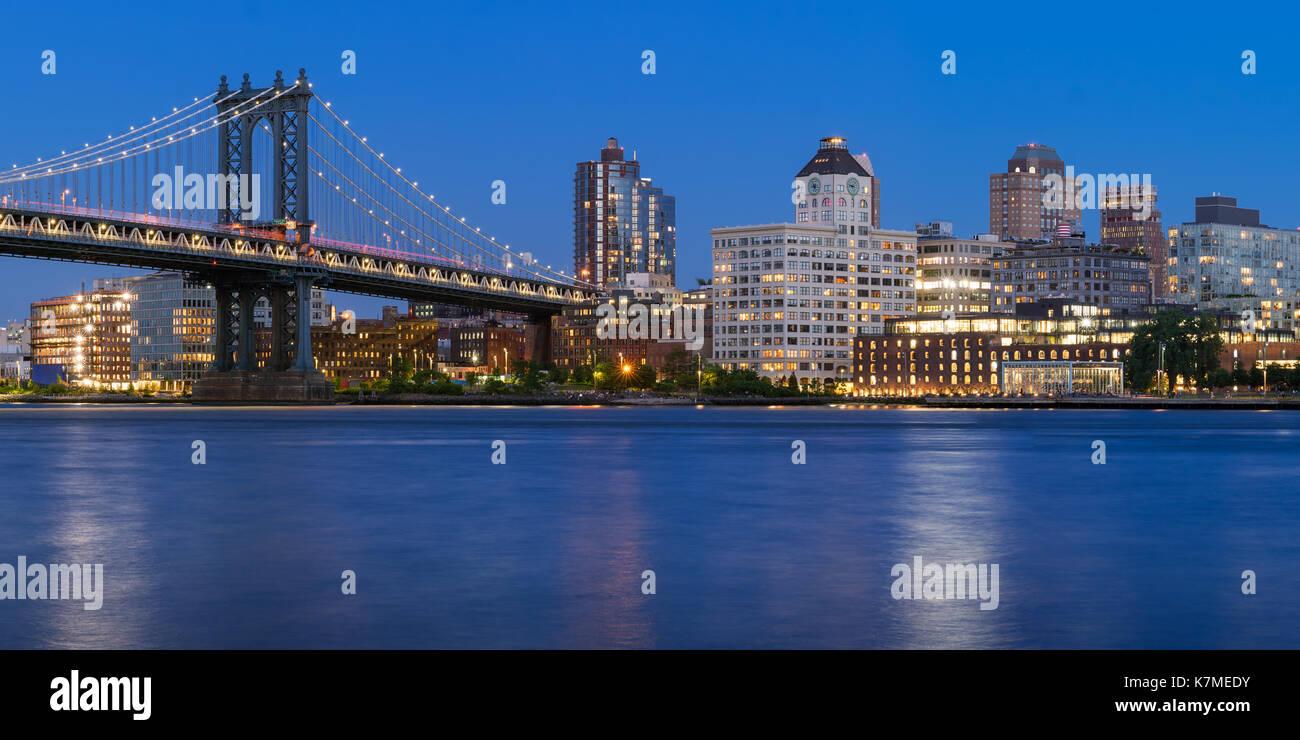Junto a la orilla de Brooklyn Manhattan Bridge (barrio de DUMBO - parque de calle principal) en el crepúsculo. La ciudad de Nueva York Imagen De Stock