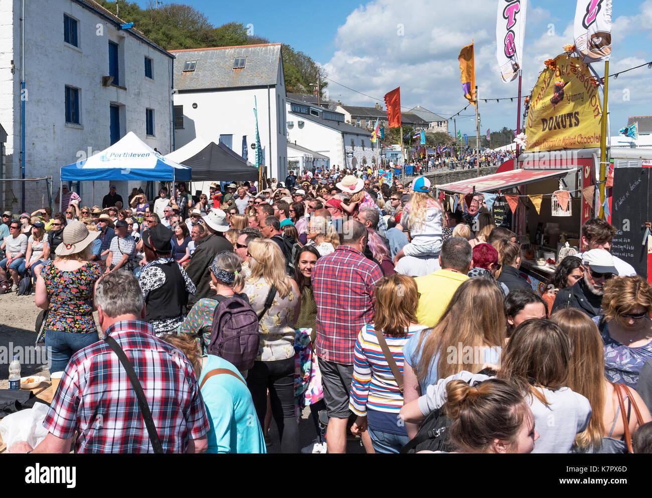 Multitudes de peopel en la comida anual y festival de música en porthleven, Cornwall, Inglaterra, Reino Unido. Imagen De Stock