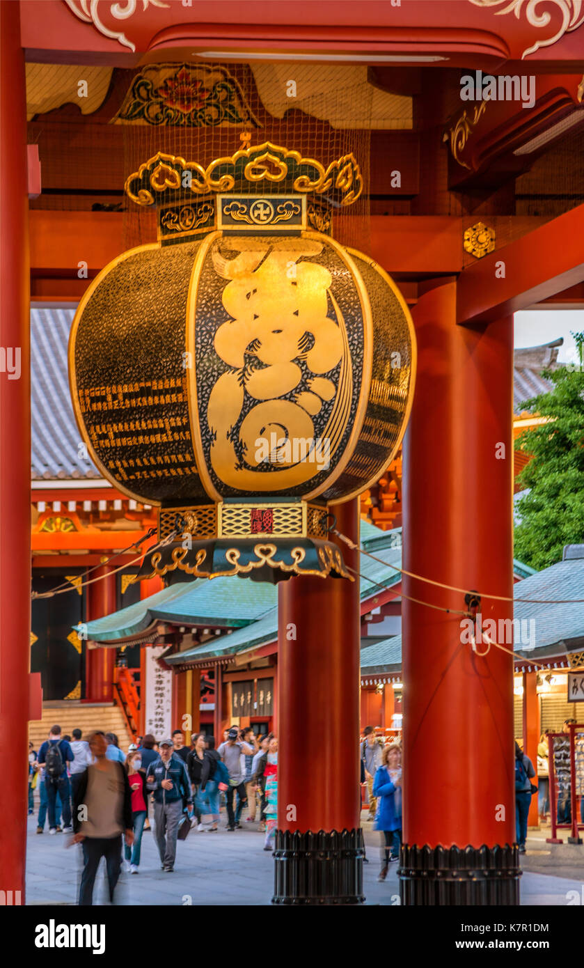 La antigua era Edo linterna de papel tradicional en Hozomon entrada de Sensoji, también conocido como el Templo de Asakusa Kannon, Asakusa, Tokio, Japón | Traditionelle E Imagen De Stock