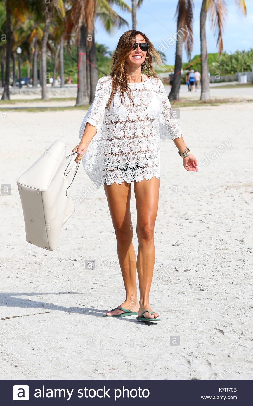 Kelly Bensimon Kelly Bensimon Es Visto Caminando A La Playa En