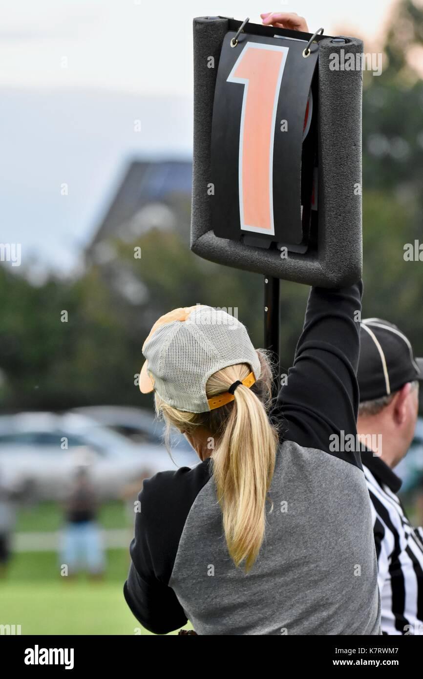 Mujer sosteniendo el marcador en el partido de fútbol Foto de stock