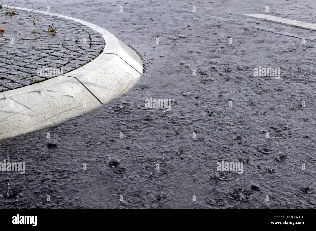 Y el tráfico de la calle refugio en lluvia torrencial Imagen De Stock