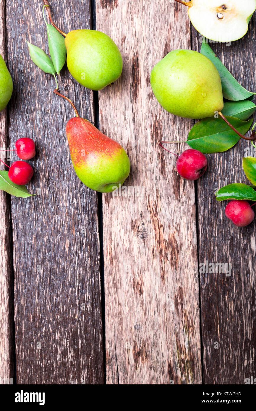 De pera y manzana pequeña sobre fondo rústico de madera. Vista desde arriba. bastidor. cosecha otoñal. Copie el espacio Imagen De Stock