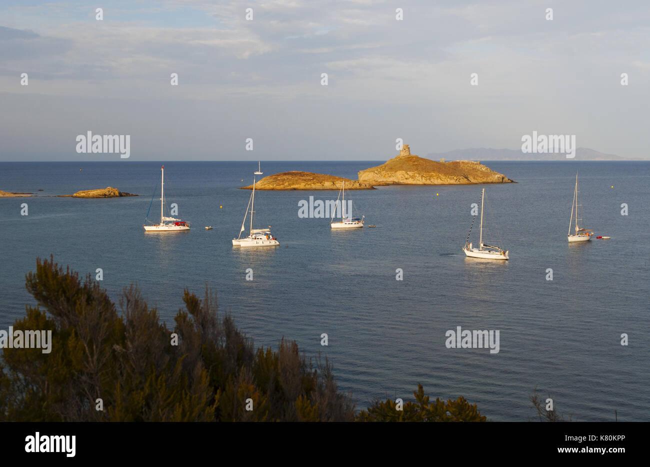 Córcega: veleros al atardecer en la reserva natural de les Iles finocchiarola, las tres pequeñas islas llamado terra, Foto de stock