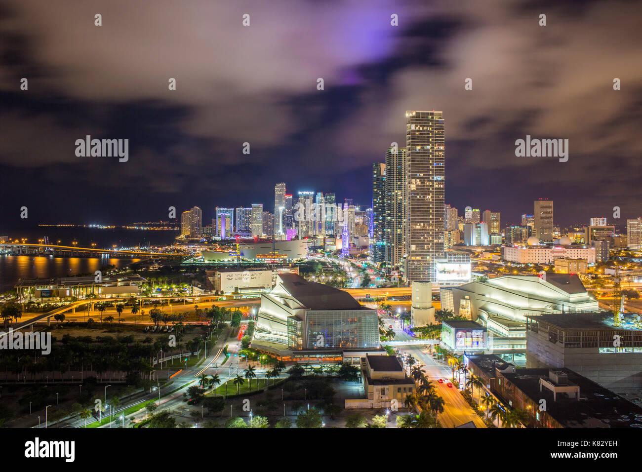 Ver elevados a lo largo de Biscayne Boulevard y del horizonte de Miami, Florida, USA. Imagen De Stock
