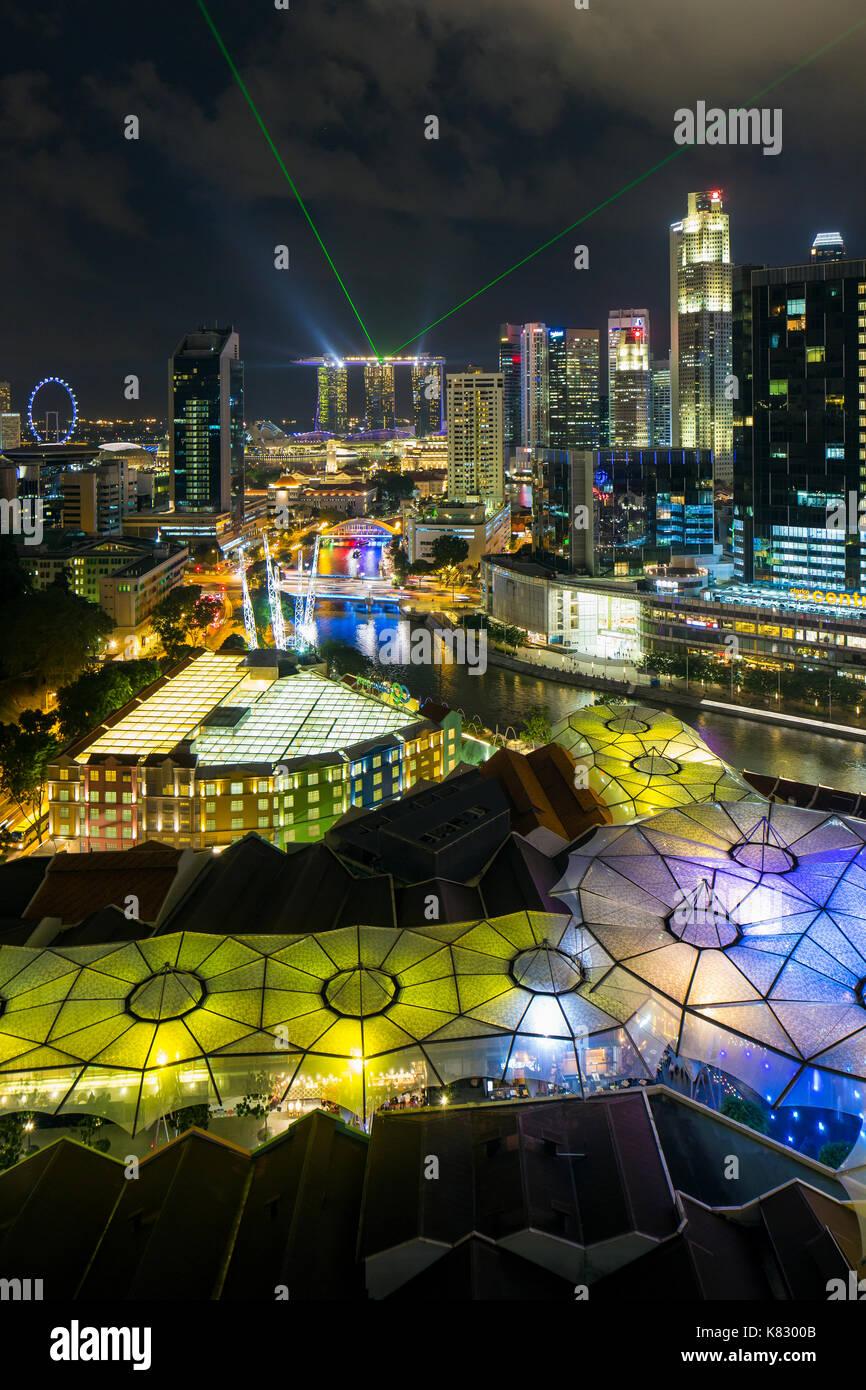 Vista elevada sobre el horizonte de la ciudad y restaurantes junto al río en el distrito de entretenimientos de Clarke Quay, Singapur, Sudeste de Asia Imagen De Stock