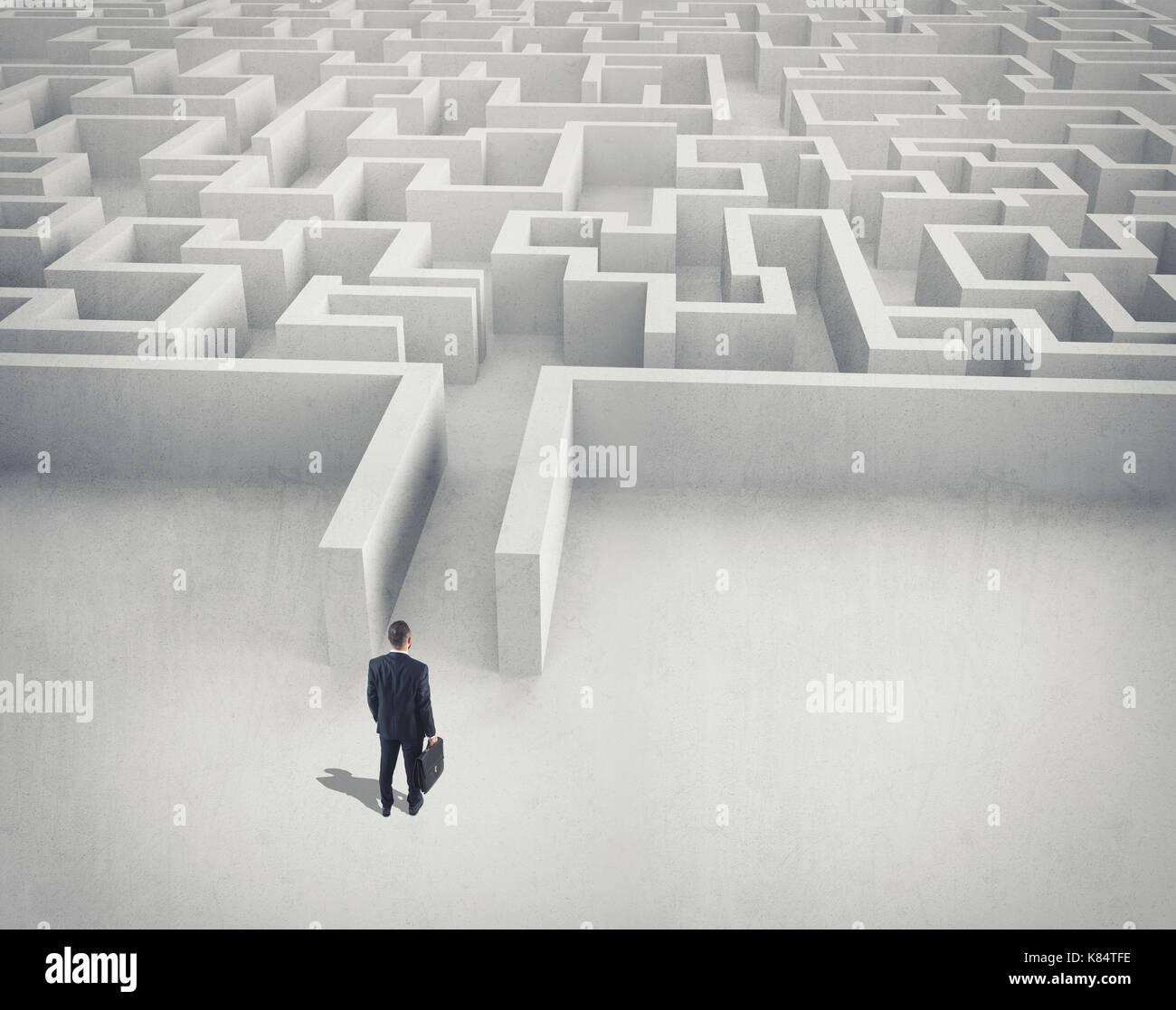 Reto empresarial. Un empresario navegando a través de un laberinto vista superior. Imagen De Stock