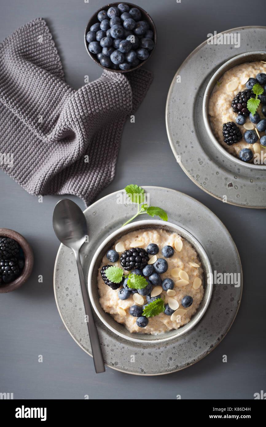 Desayuno saludable cortar acero gachas de avena con blueberry blackberry Foto de stock