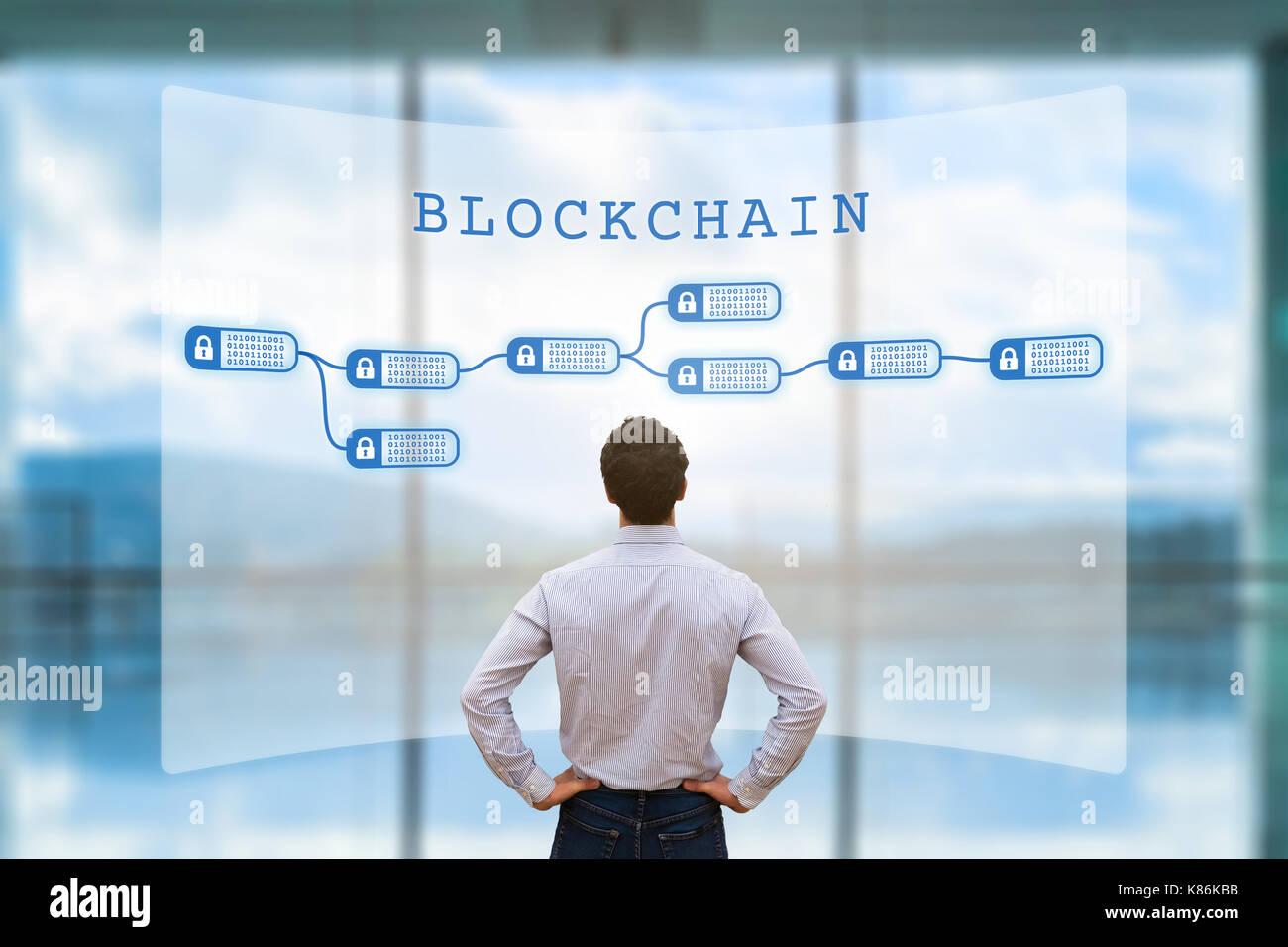 Persona mirando blockchain concepto en pantalla como una contabilidad descentralizada cryptocurrency garantizados por la tecnología y los negocios financieros datos de transacción Imagen De Stock