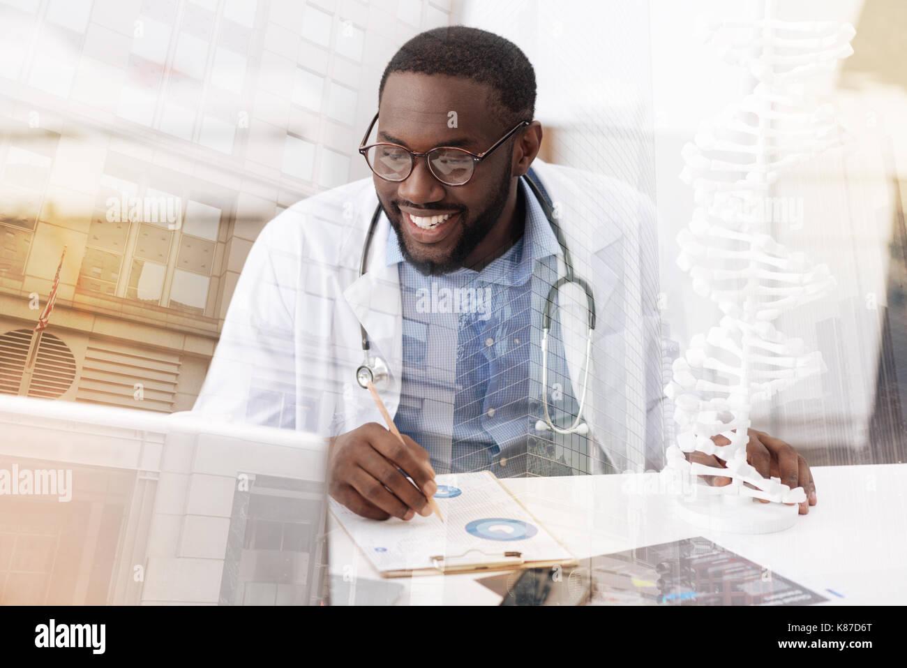 Encantado doctor trabaja con notas Imagen De Stock