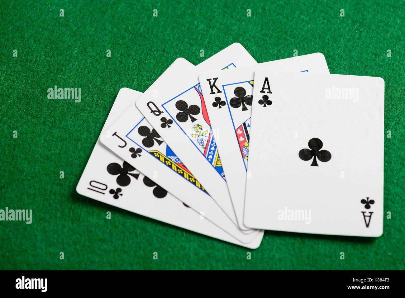 Jugando a las cartas flush en casino verde de fondo de escritorio Imagen De Stock
