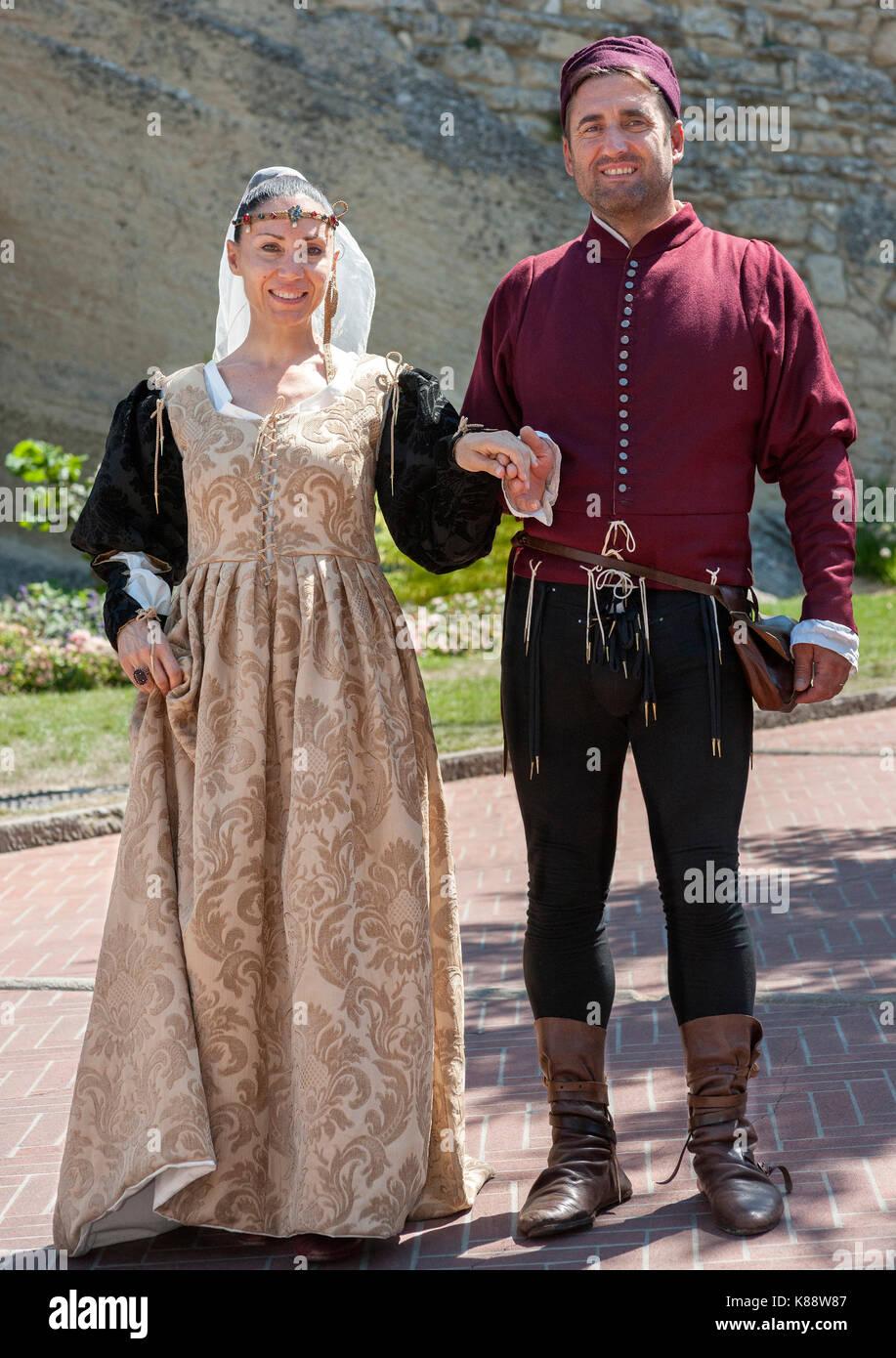 San Marini pareja vestida con trajes de época para el anual Festival celebrado jornadas medievales en el casco Imagen De Stock