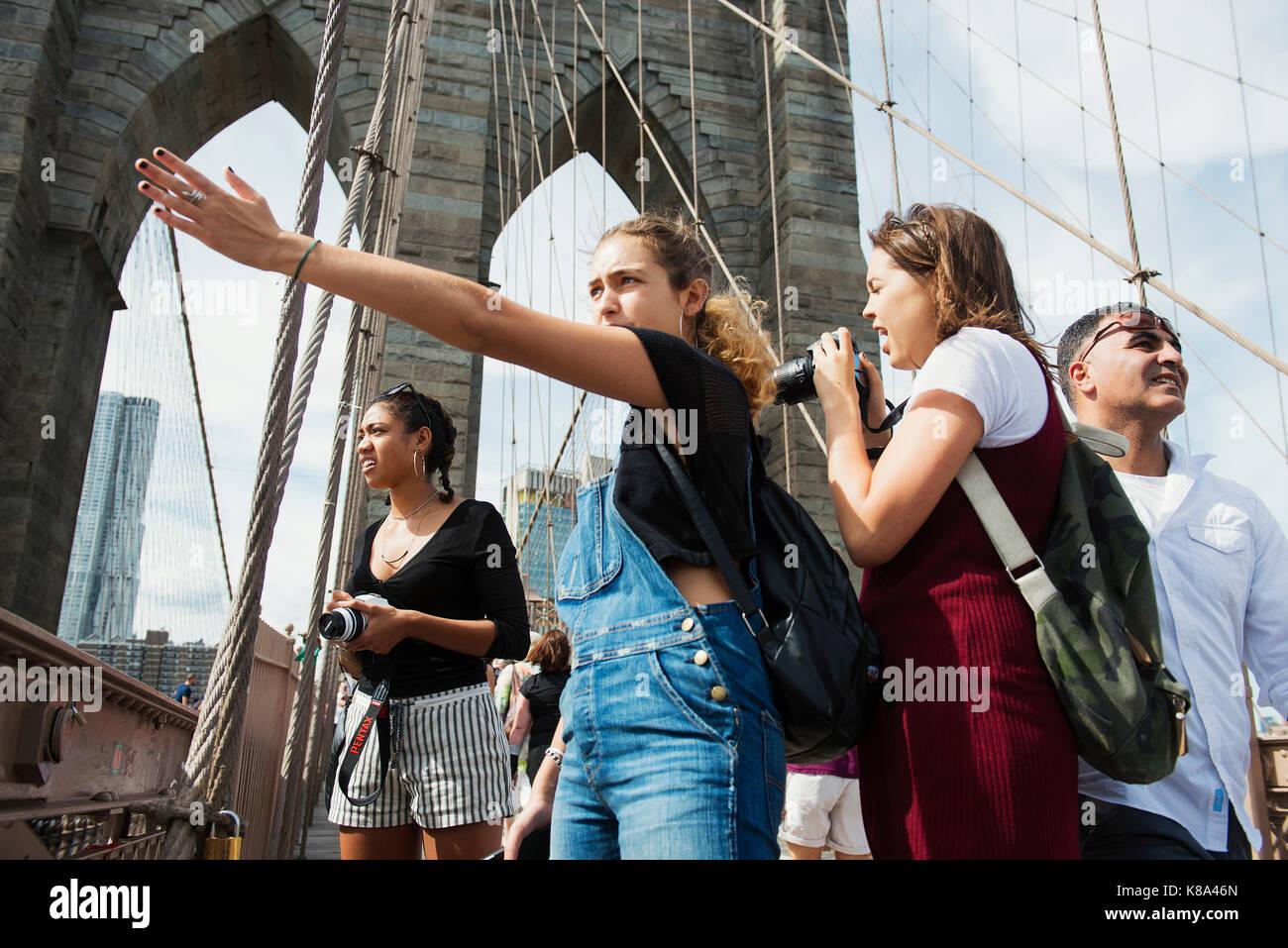 Los turistas en el puente de Brooklyn, Nueva York, Nueva York. Imagen De Stock
