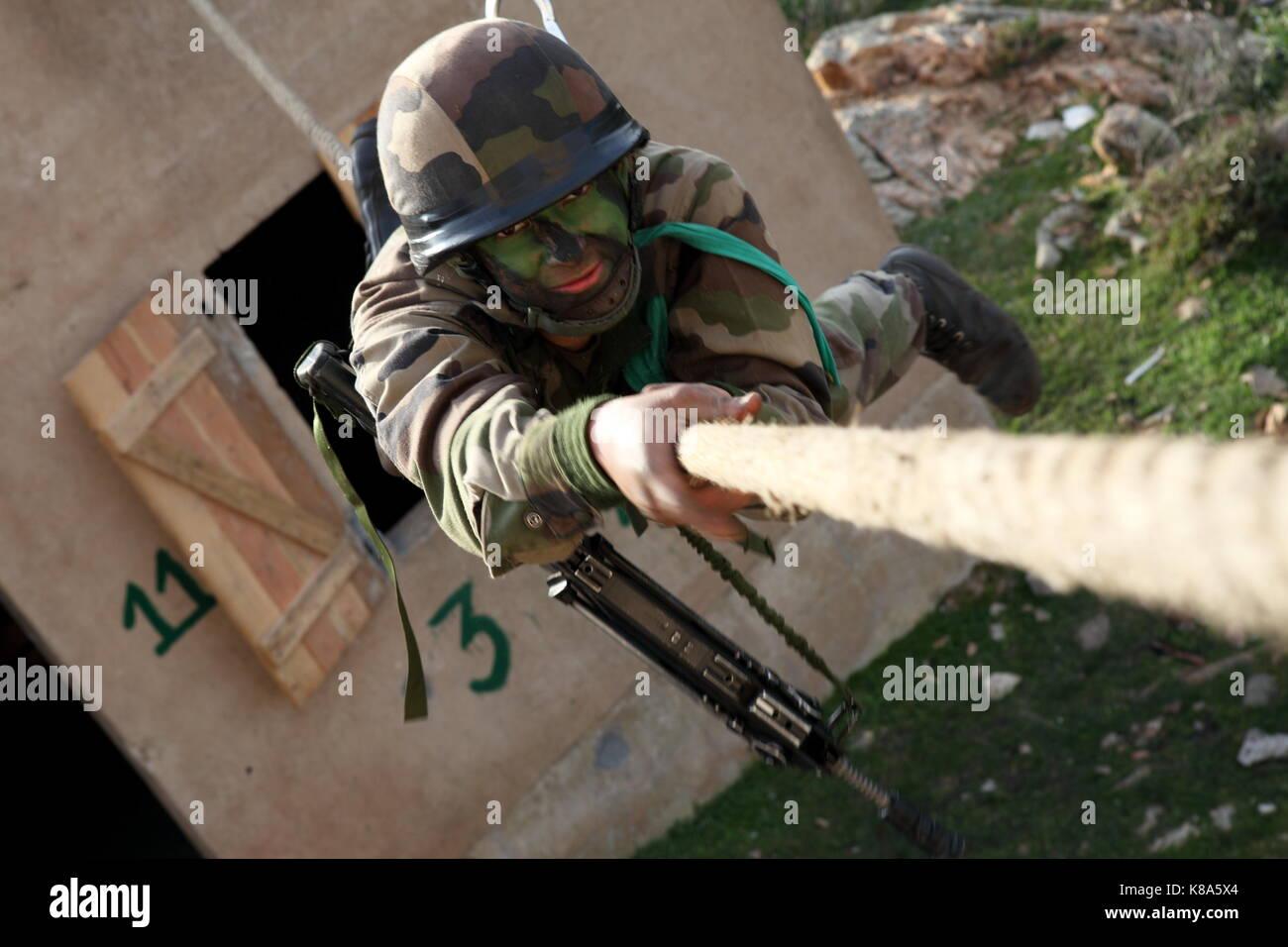 Un legionario de la 2REP (2º Regimiento Paracaidista extranjeros) amplía una cuerda entre dos edificios Imagen De Stock