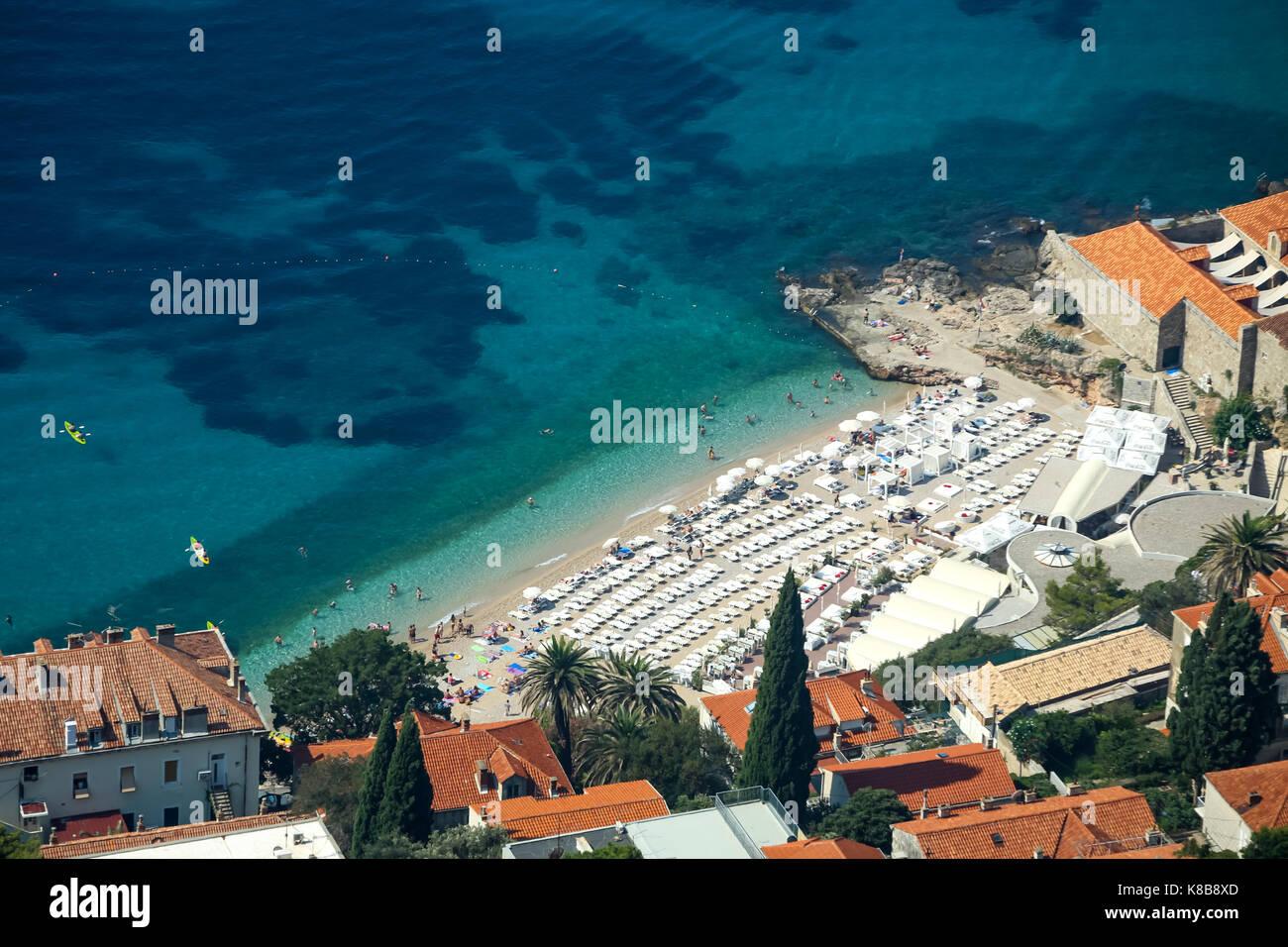 DUBROVNIK, CROACIA - Julio 19, 2017 : Una vista aérea de la playa Banje en Dubrovnik, Croacia. Foto de stock