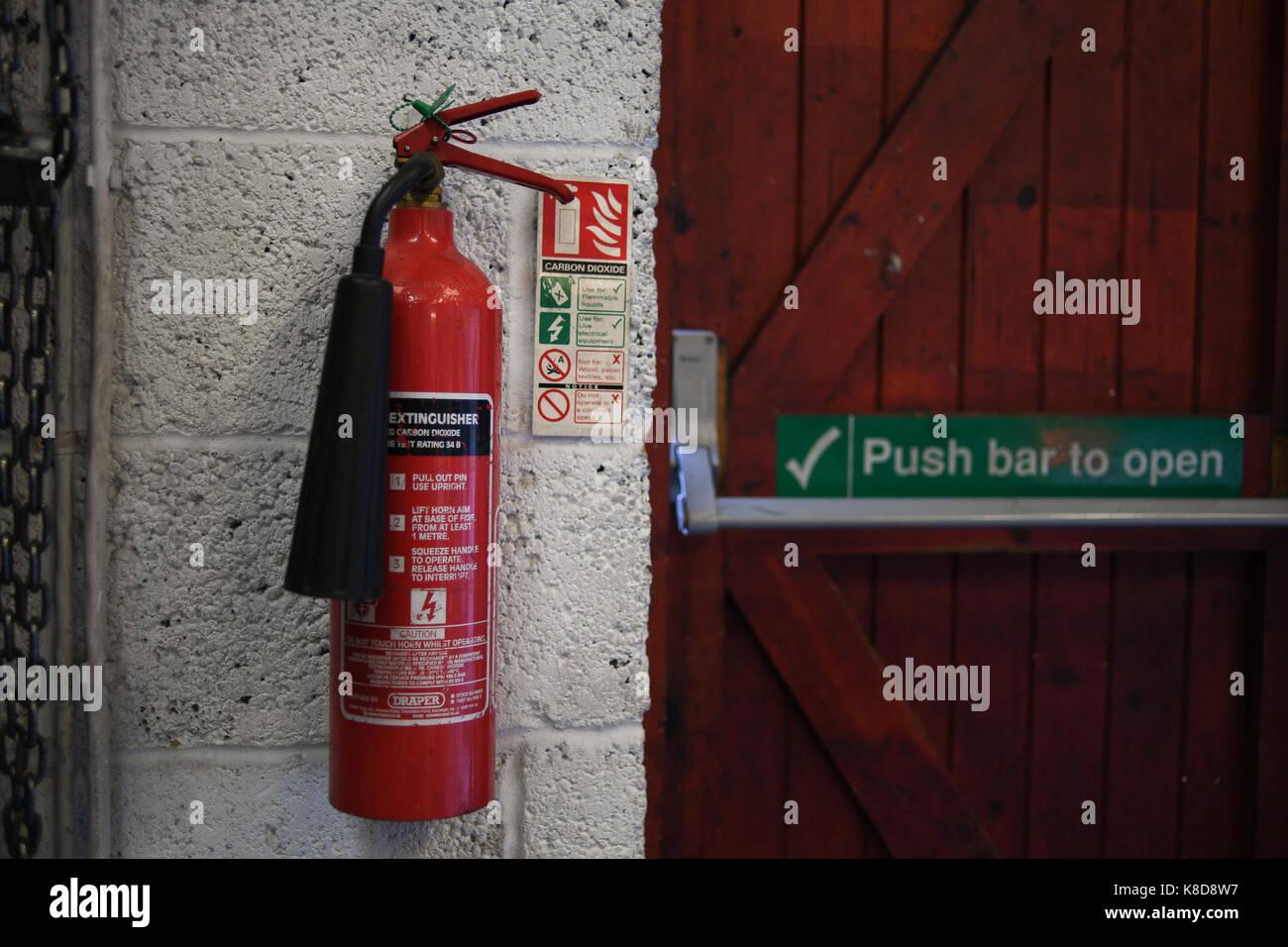 Montado en la pared extintor de dióxido de carbono Imagen De Stock