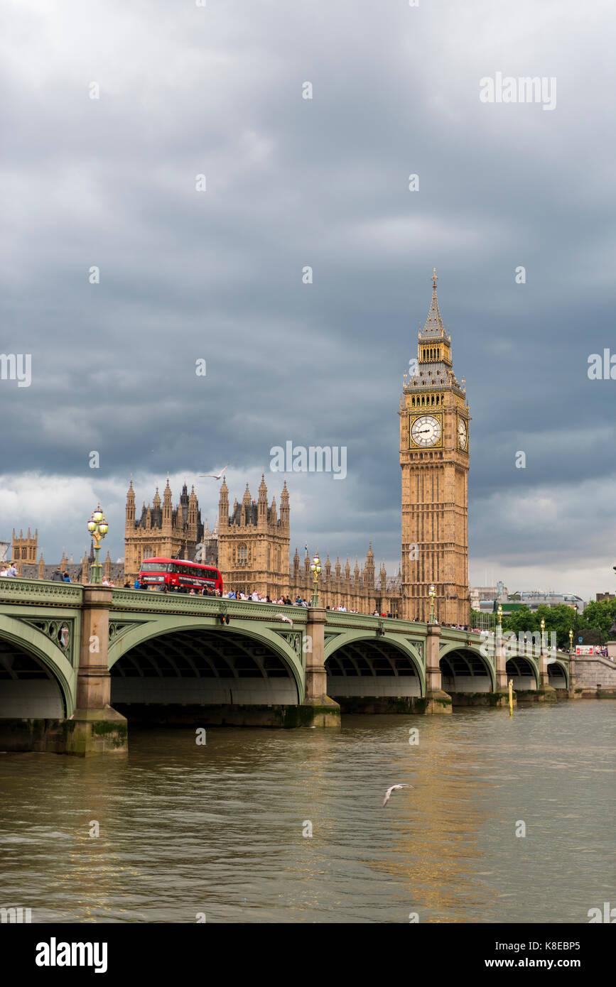 Vistas al río Támesis, el puente de Westminster, Londres, Inglaterra, Gran Bretaña, las casas del Imagen De Stock