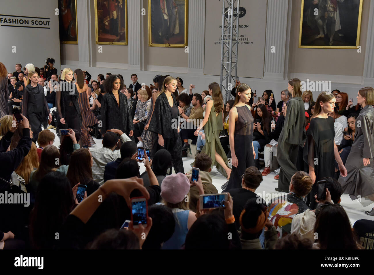 Londres, Reino Unido. 18 Sep, 2017. Modelos presentan looks de moda IRYNVIGRE Scout en Covent Garden, uno de los tantos lugares hosting London Fashion Week SS18. Crédito: Stephen Chung/Alamy Live News Foto de stock