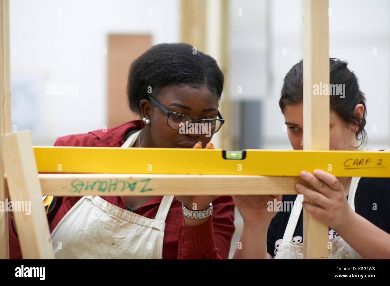 Estudiante aprender a hacer trabajos de construcción Foto de stock