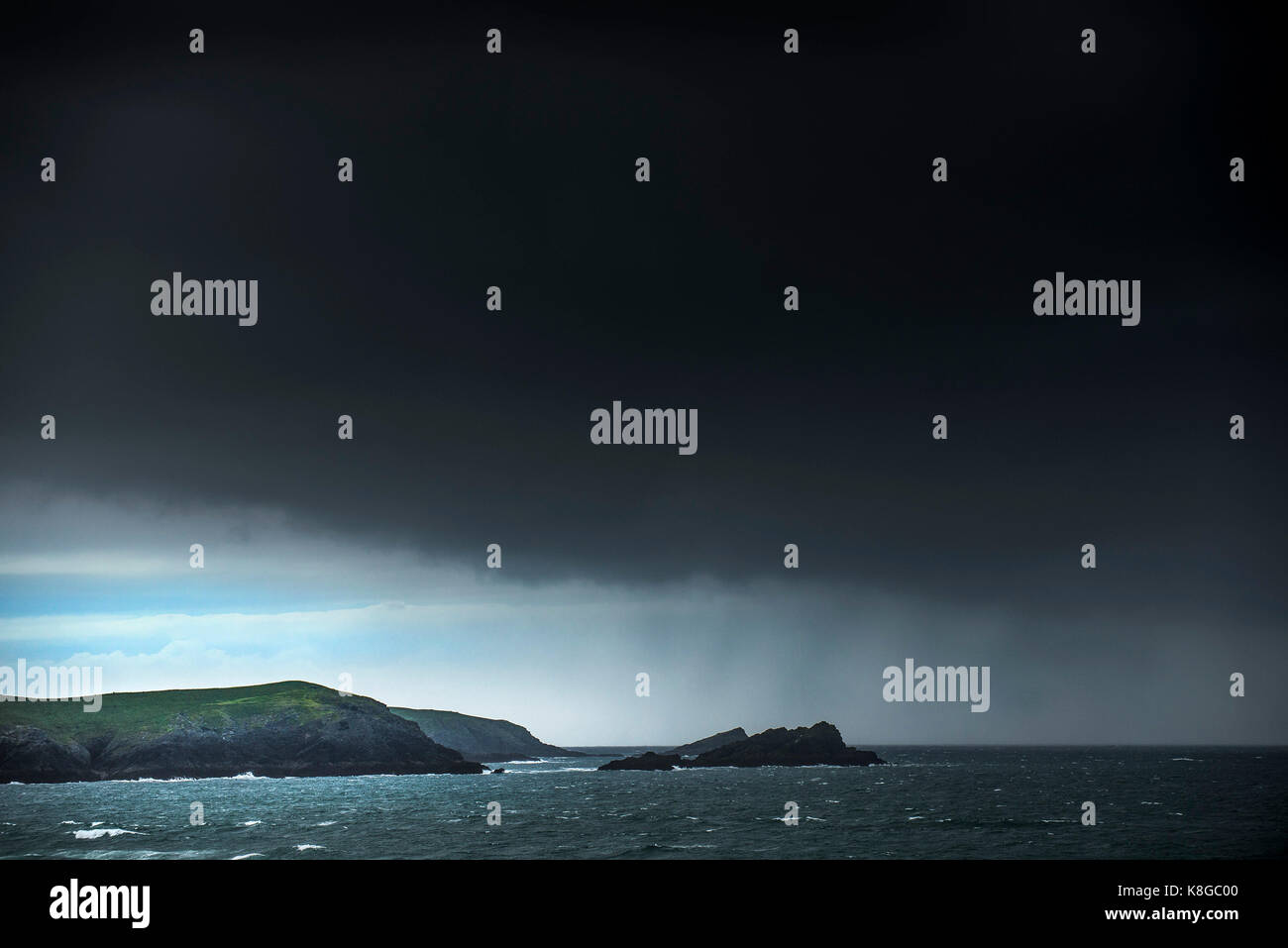 El clima del Reino Unido - Nubes de tormenta acercándose a la costa de Newquay en la costa norte de Cornwall. Imagen De Stock