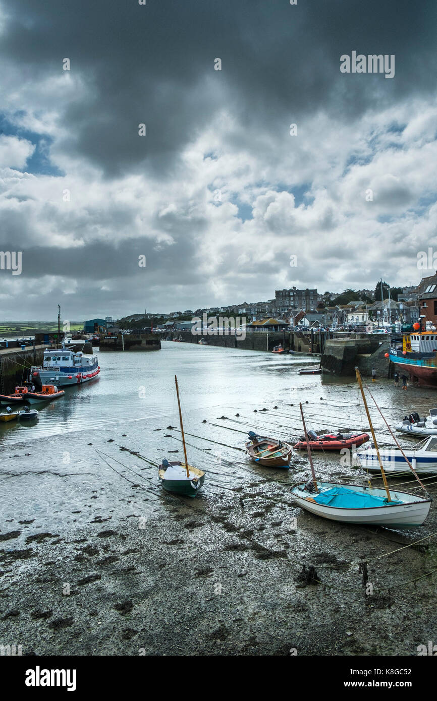 Padstow - heavy rainclouds acercando padstow en el norte de la costa de Cornwall. Imagen De Stock