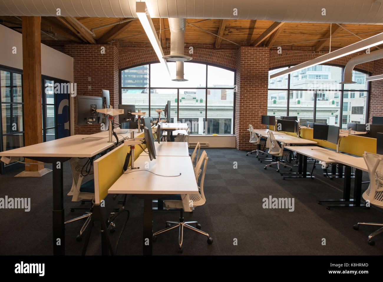 Concepto abierto moderno loft espacio de oficina con grandes ventanales, con luz natural y un diseño para fomentar Imagen De Stock