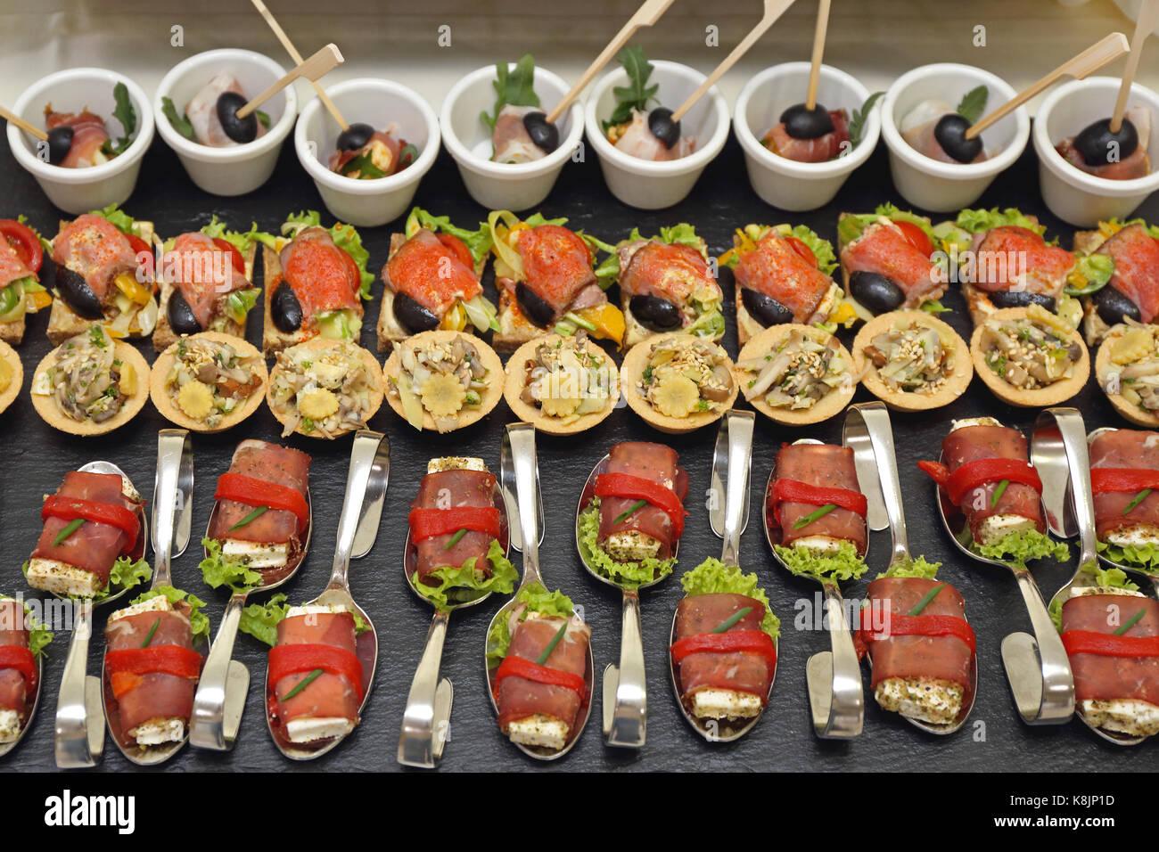 Canape parte comida servida en doblado cucharas Foto de stock