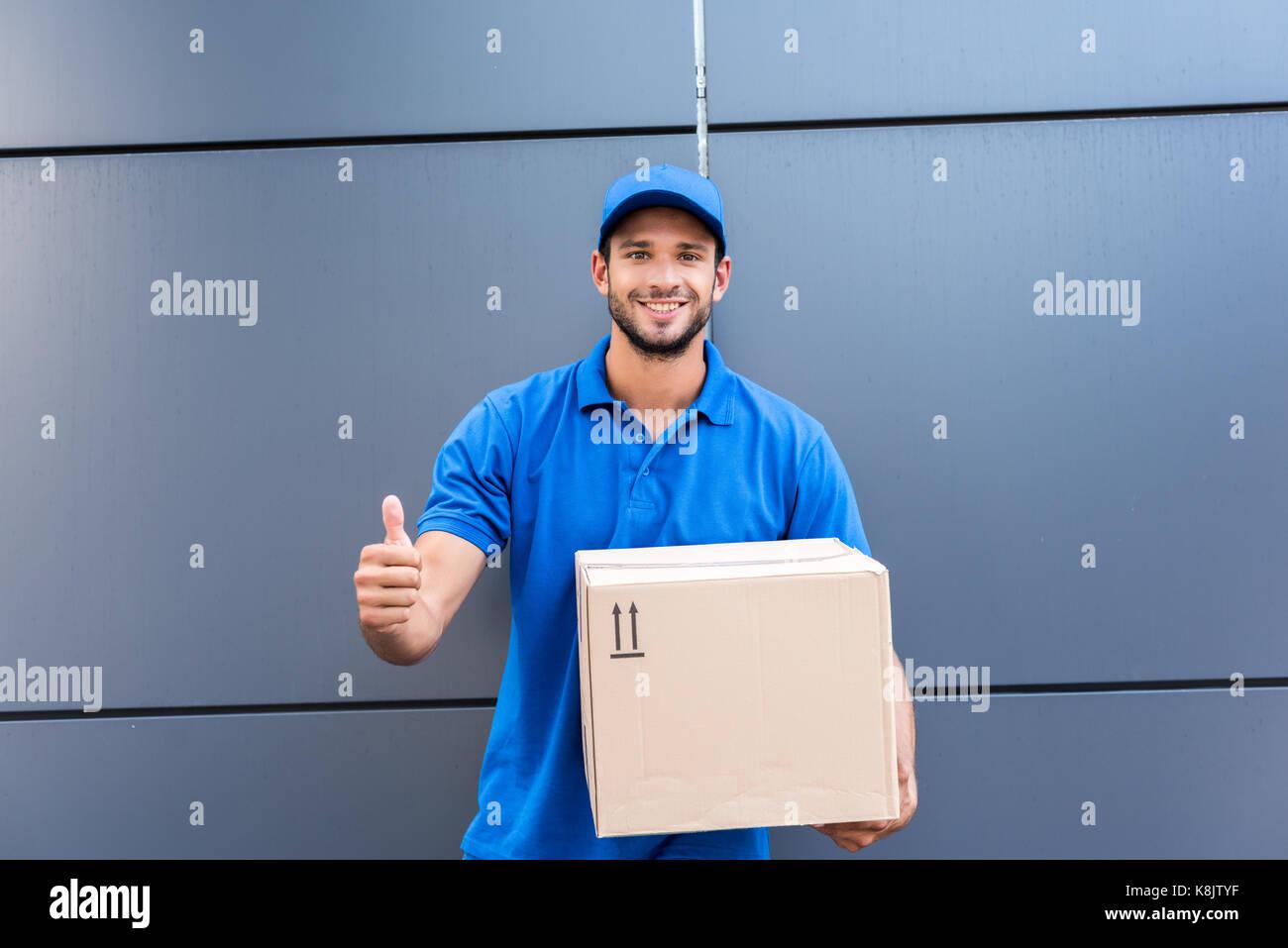 Hombre de entrega mostrando pulgar arriba Imagen De Stock